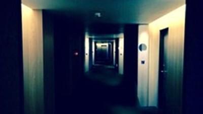 酒店小姐「全身穿豔紅」在旅館輕生 情侶辦事到一半…床腳探出頭