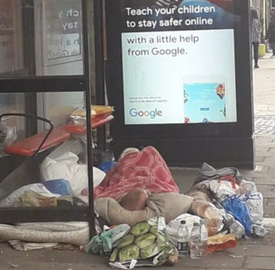 路人以為「公車站被大垃圾佔據」竟是街友屍