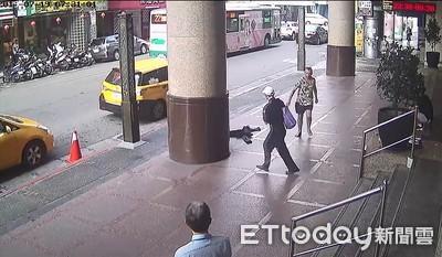 醉老外赤腳滿街跑 狂追路人全嚇傻