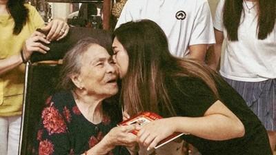 來不及看孫女走紅毯!失智奶奶「趁記憶恢復偷打婚戒」嘆:要過得幸福