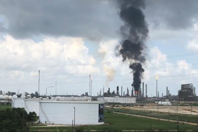 德州煉油廠「爆炸大火」竄黑煙 66人受傷!