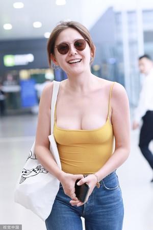 ▲熱依扎7月31日現身上海機場。(圖/CFP)