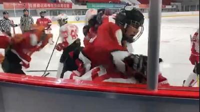 香港冰球隊被大陸隊打 教練:裁判站旁看