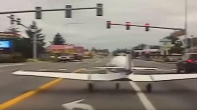 畫面曝光!飛機迫降高速公路