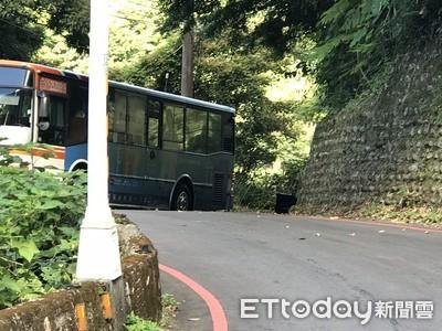 單車騎士下山過彎 遭上山公車輾斃