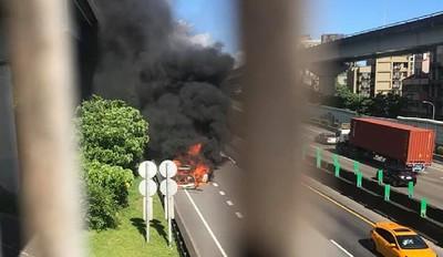 被燒到塌陷焦黑…國一北上內湖匝道火燒車!