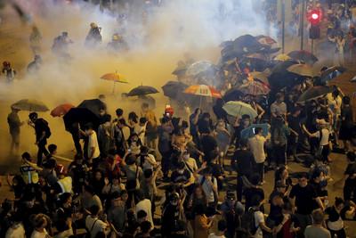 港警拘捕逾20人!「旺角再遊行」爆衝突
