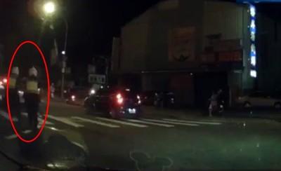 犯人開車衝撞 兩警「閃身滾地」連開9槍
