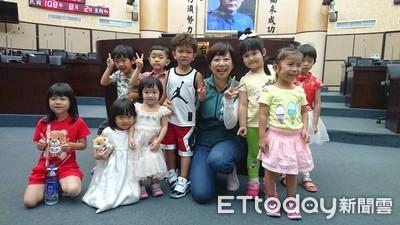 陳怡珍帶領小朋友參訪台南市議會