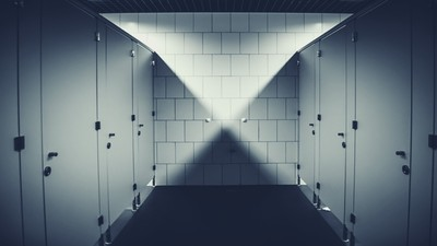 深山受訓凌晨3點「空浴室水聲不斷」!業務拉開門毛炸:地上是乾的