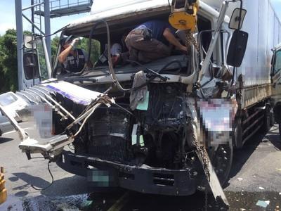 兩大車國道追撞 「車頭撞爛」駕駛骨折