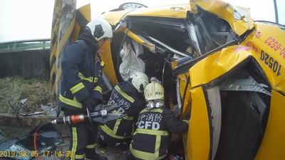 即/台中小黃疑自撞電桿翻覆 運將、乘客雙亡