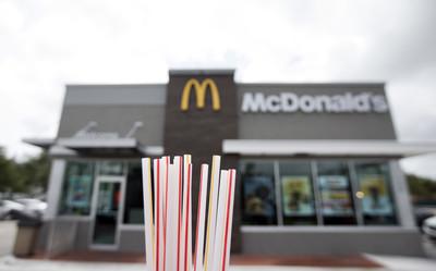 麥當勞坦承紙吸管比塑膠製難回收