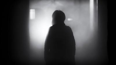 殯儀館罐頭塔「黏滿黑色人影」!葬儀師路過見怪不怪:祂們也很可憐