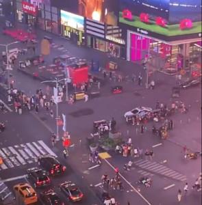 時代廣場傳濃煙巨響 民眾狂奔逃命:怕被射殺