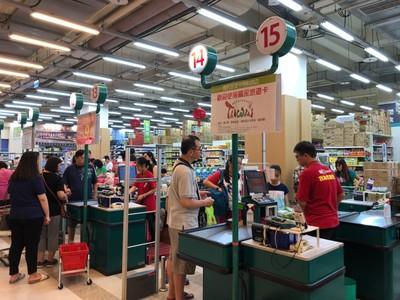 「利奇馬颱風」進逼!量販湧人潮搶購 4000公斤葉菜被搶空