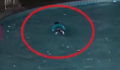 3歲男童泳圈翻溺水!弓背漂水面狂掙扎2min