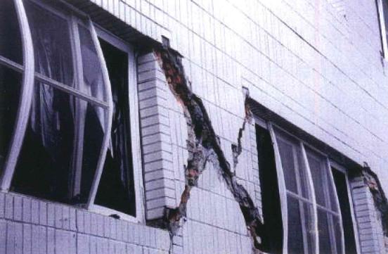 ▲▼地震裂縫。(圖/翻攝震災後住家房屋自我檢查手冊)