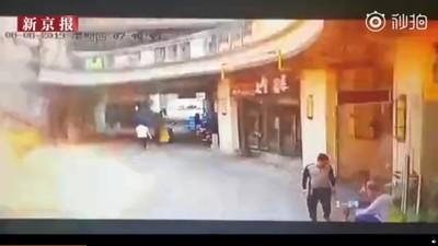 蘇州商業街爆炸 路人瞬間消失畫面中