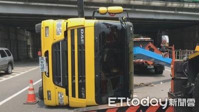 國道隔音牆加固作業工程車翻覆