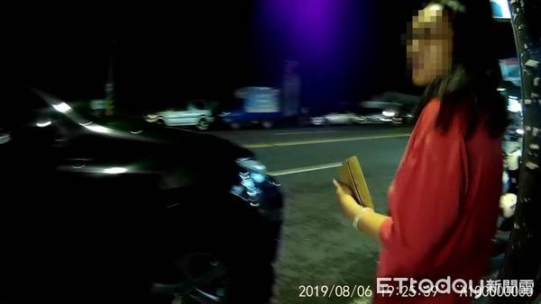 ▲▼ 女子因網路購物遭詐騙集團盯上,警方獲報後到場解圍。(圖/記者翁伊森翻攝)