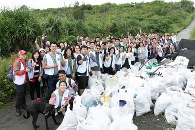 海漂垃圾堆滿壯圍沙灘 房仲志工發起淨灘活動