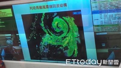 蘇揆坐鎮災變中心 強颱北偏正處縫隙中
