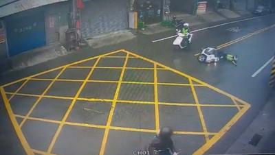 員警左轉 壓雙黃線摔車