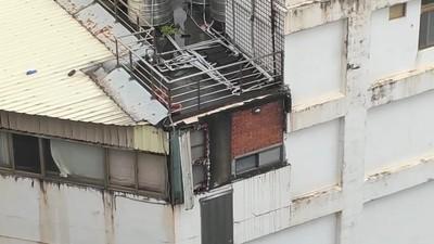 颱風天8樓外鐵皮險起飛 網嚇壞:可能出人命