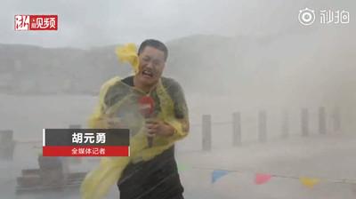 影/「利奇馬」襲浙江!狂風吹爆記者雨衣:站不住腳