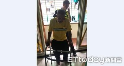 他雙腳劇痛跌坐地 警騎鐵馬送回家