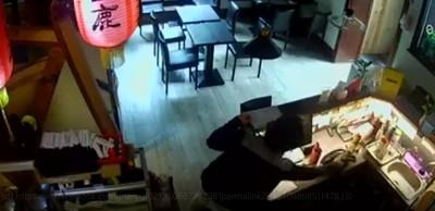 颱風夜偷拉麵店長包 賊得手狂奔逃離