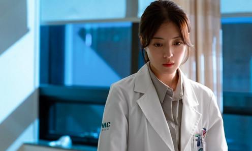 ▲▼姜詩英發現醫生耀漢的秘密。(圖/翻攝自SBS、愛奇藝)