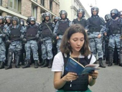俄6萬人上街「揮旗示威選舉不公」 武警棍棒狠鎮壓