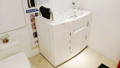 銀髮族泡澡不怕摔 高市推全齡住宅加裝「走入式浴缸」