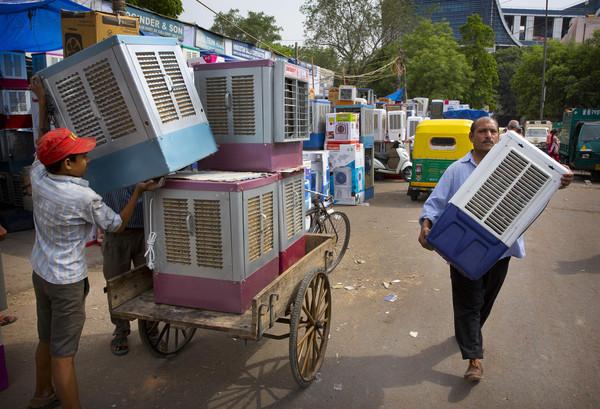 ▲▼印度流行的「稻草冷氣」,實際上原理類似水冷扇。(圖/達志影像/美聯社)