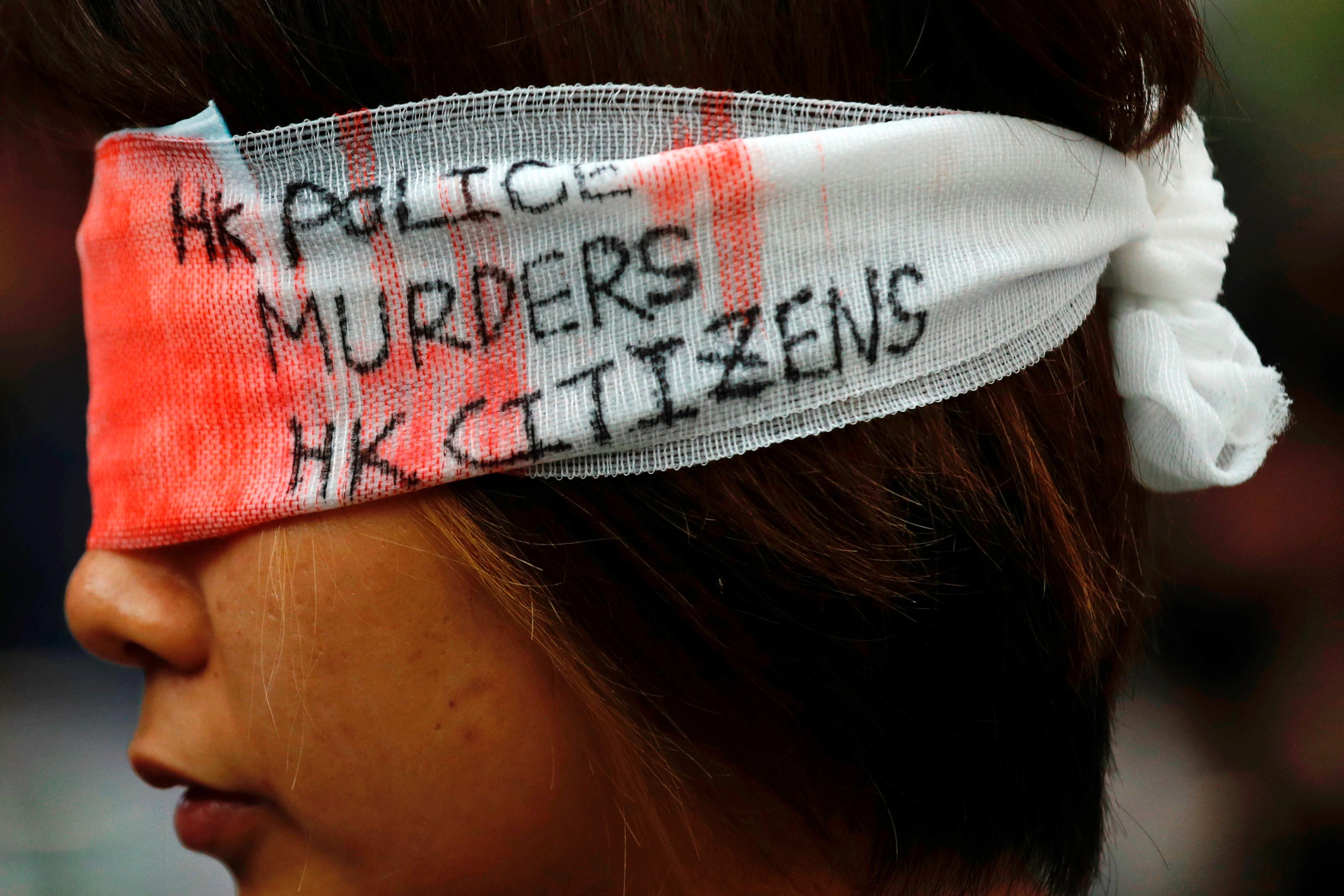 ▲香港機場「警察還眼」集會,聲援受傷少女。(圖/路透社)