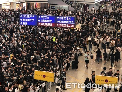 香港機場滯留旅客支持示威者