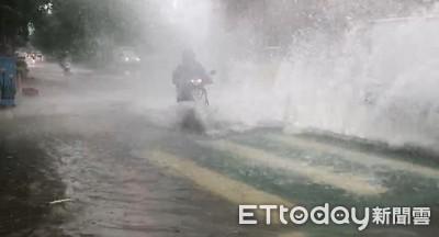 暴雨狂襲台中 騎士雨瀑中遭灌頂