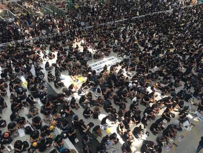 香港機場「警察還眼」集會 黑衣人坐滿大廳