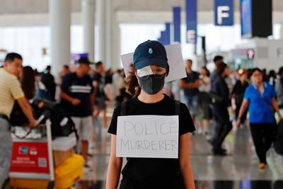 香港機場「千人聚集」矇眼聲援受傷少女