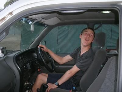 22歲腦麻男完成「開卡車」夢想!