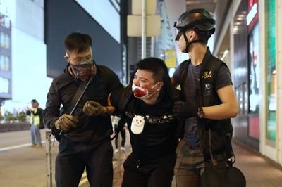 鄧炳強承認警員喬裝成「不同人物」