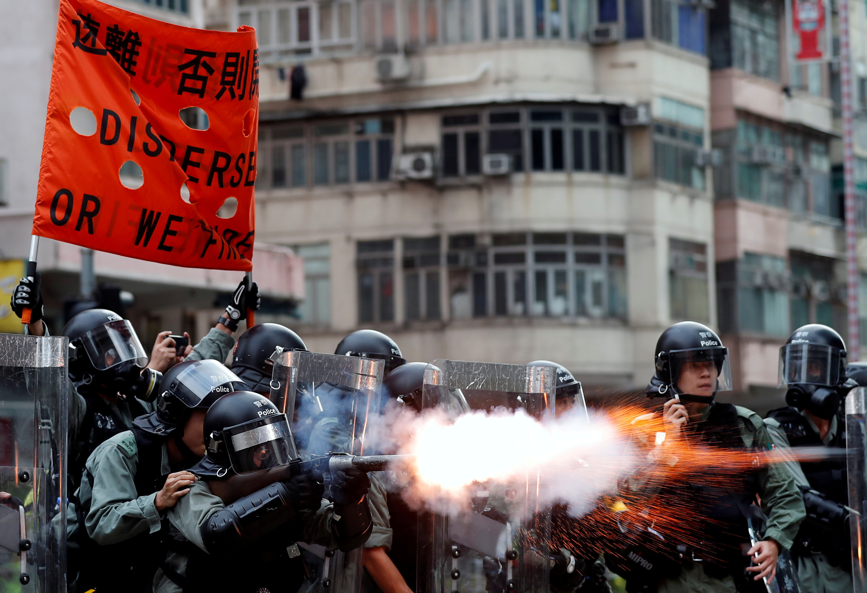 ▲▼香港警察發射催淚彈。(圖/路透)