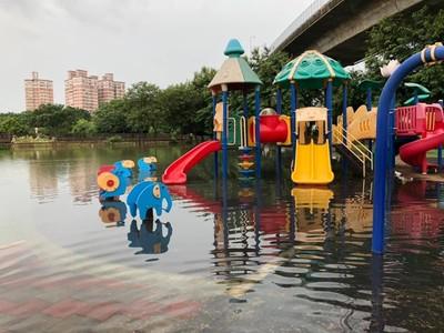 彰化景觀公園化身「水上樂園」 網笑:新景點