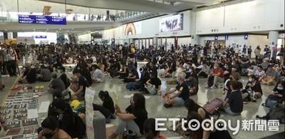 逾500示威者湧進機場「越過封鎖線」抗議