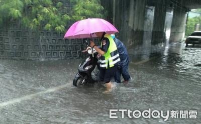雨天騎車硬闖卡涵洞 警冒雨推車