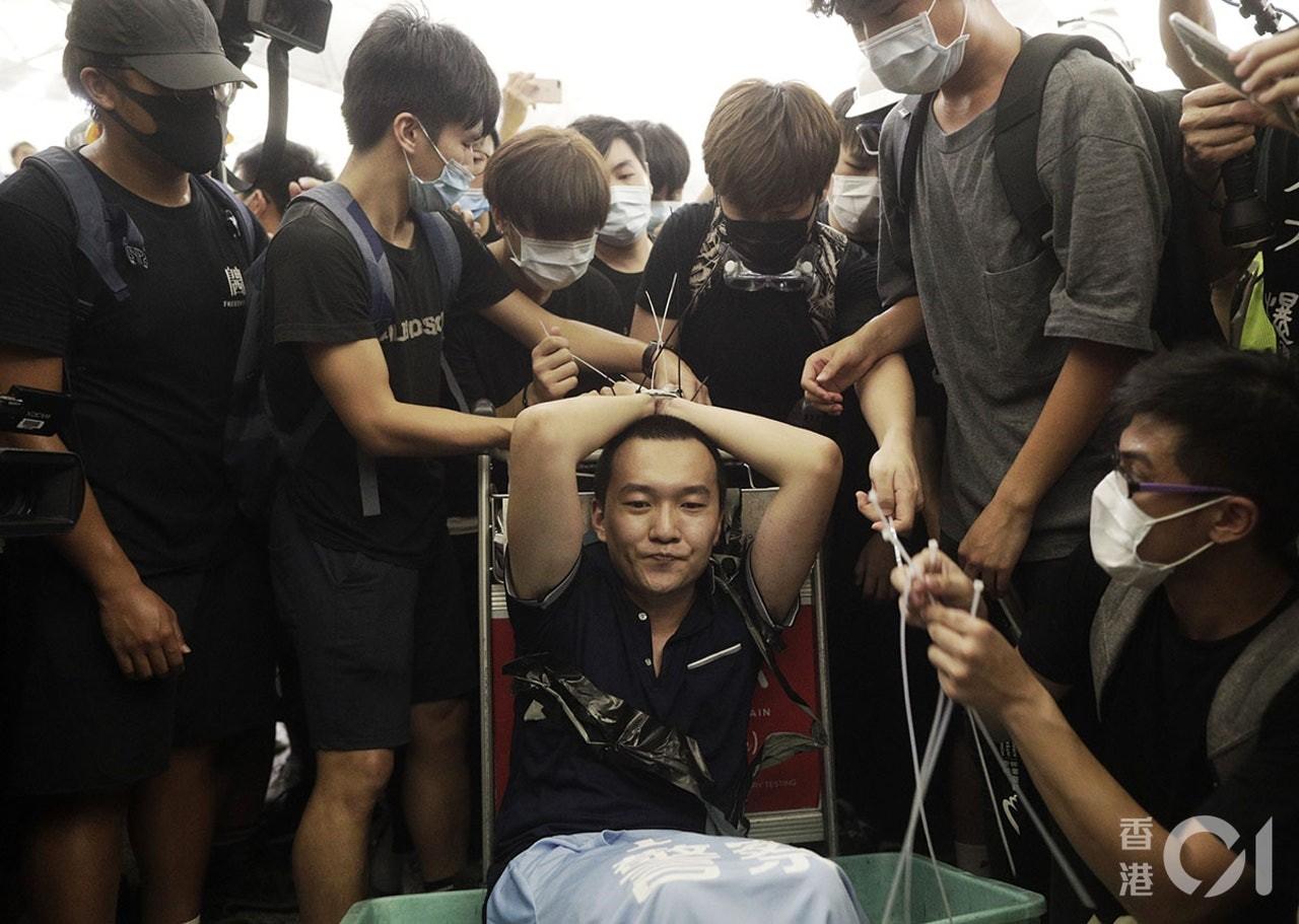 ▲▼香港警員被毆曾拔手槍,《環時》記者被示威者綁手 。(圖/香港01)