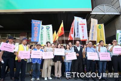 勞團到基本工資審議會場外抗議 高喊至少調高5%!