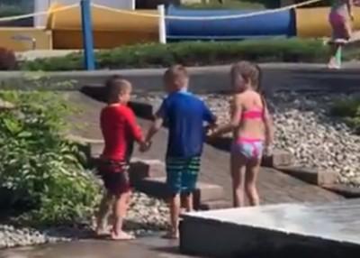 6歲腦癱童踮腳尖玩水 友左右攙扶